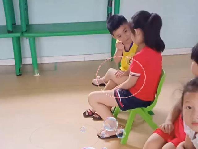 Tưởng 2 học sinh đánh nhau, cô giáo tiến lại gần, ngỡ ngàng cảnh tượng thân mật trước mắt
