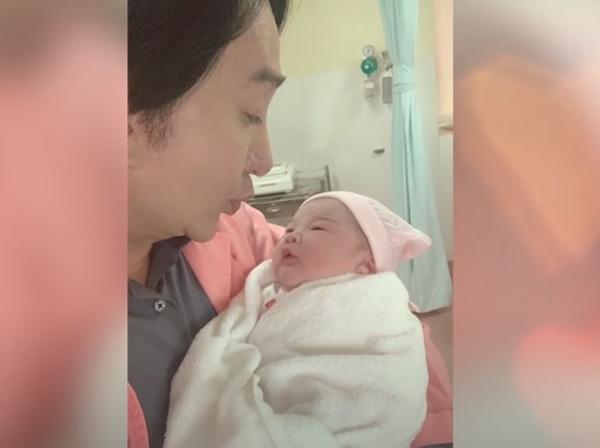 Con gái Kim Tử Long khám phụ khoa bỗng phát hiện có bầu, đi đẻ cả đoàn hát hộ tống