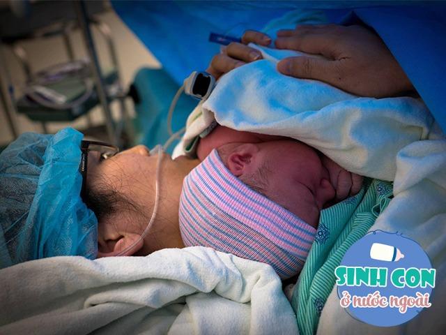 Mẹ Việt ở Mỹ đẻ xong bụng căng cứng, cả viện hoảng sợ, chồng ôm con ngồi bất động