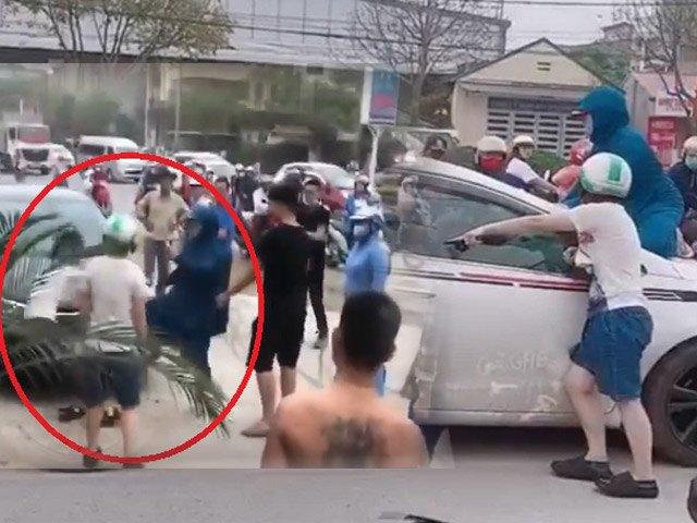 Người phụ nữ nhảy lên nắp capo đập kính xe, đánh ghen giữa phố, đạp tiểu tam ngã dúi dụi