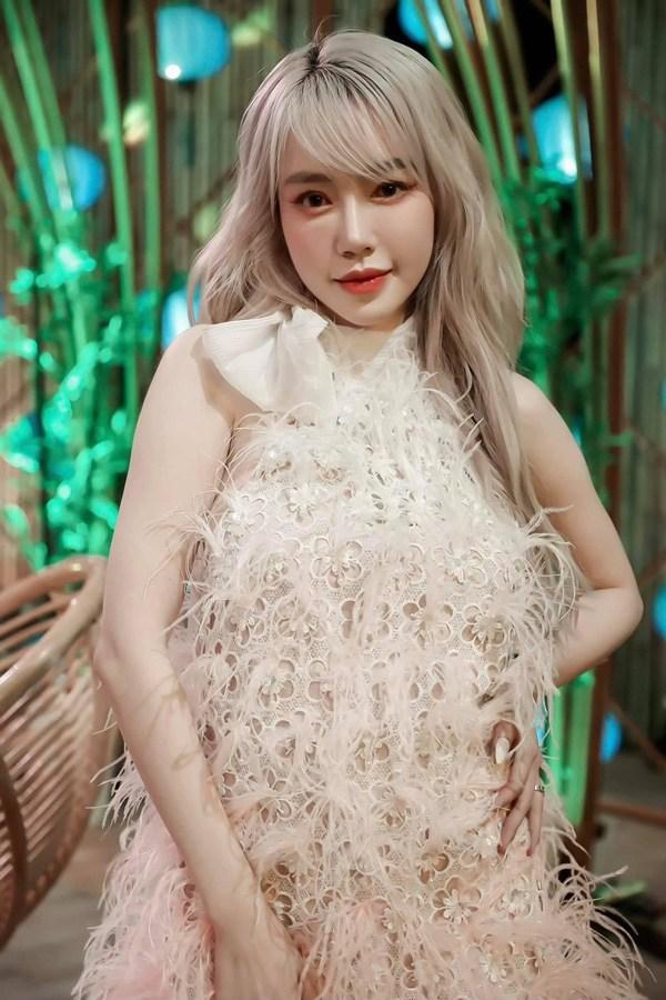 Elly Trần xinh đẹp như búp bê với mái tóc mới màu lửa - 6