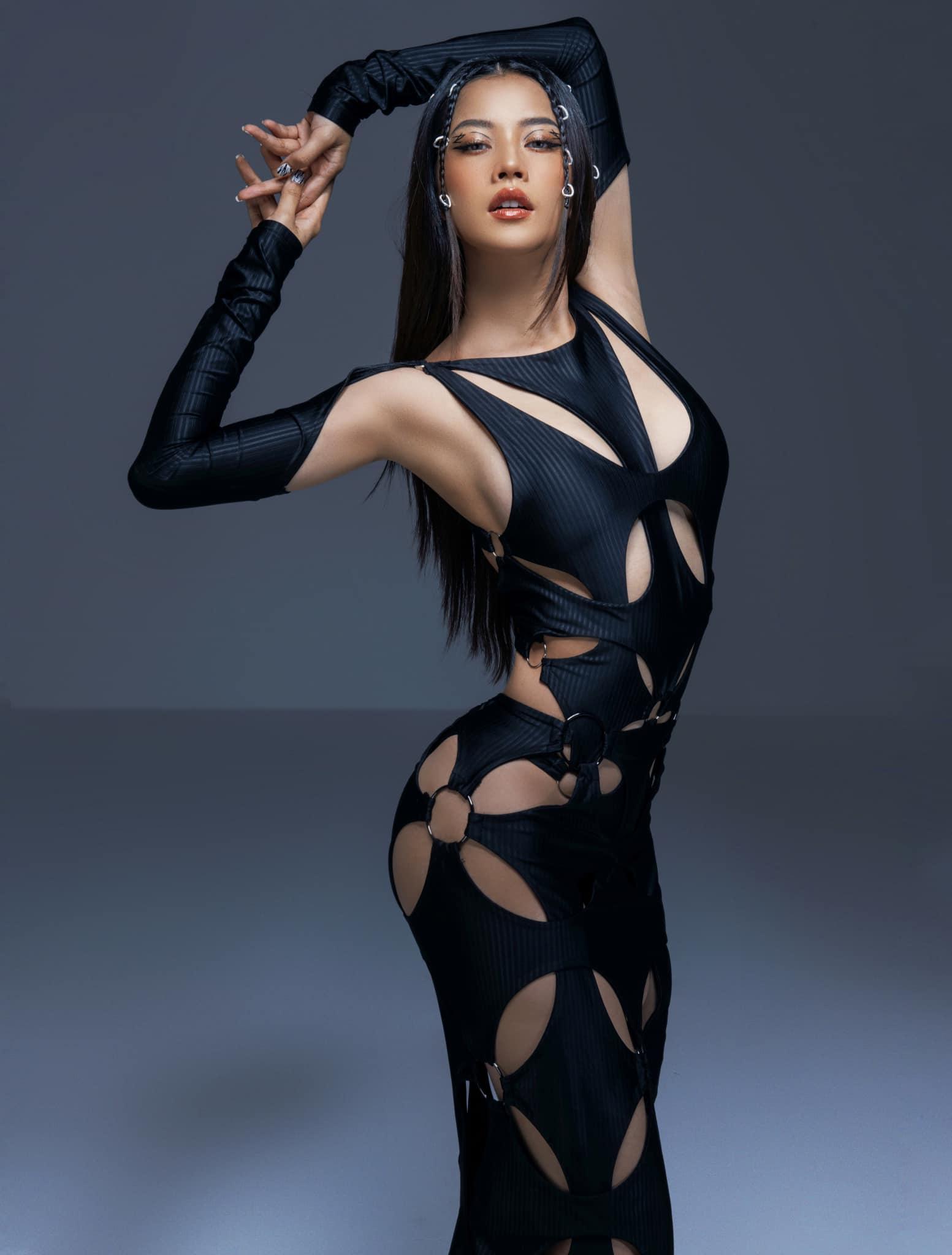 Chiếc váy tím chưa hạ nhiệt, Chi Pu lại gây sốt với bộ cánh cắt xẻ hơn cả Ngọc Trinh - 4