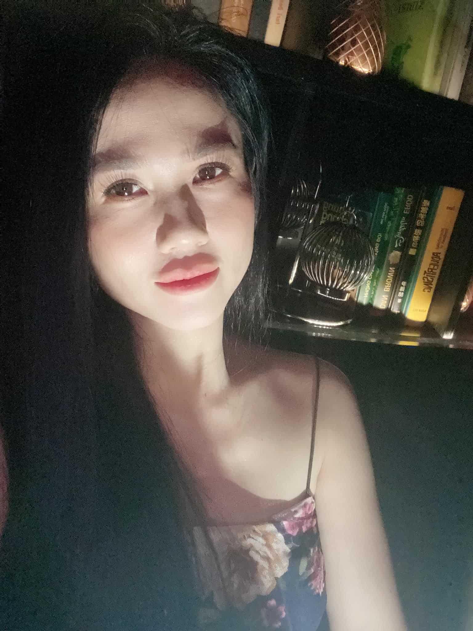 Em trẻ đẹp như gái 18, chị Ngọc Trinh cũng khoe nhan sắc tuổi 19 thách thức đèn flash - 1