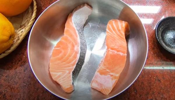 Cách làm cá hồi sốt cam chua chua ngọt ngọt không bị đắng - 3