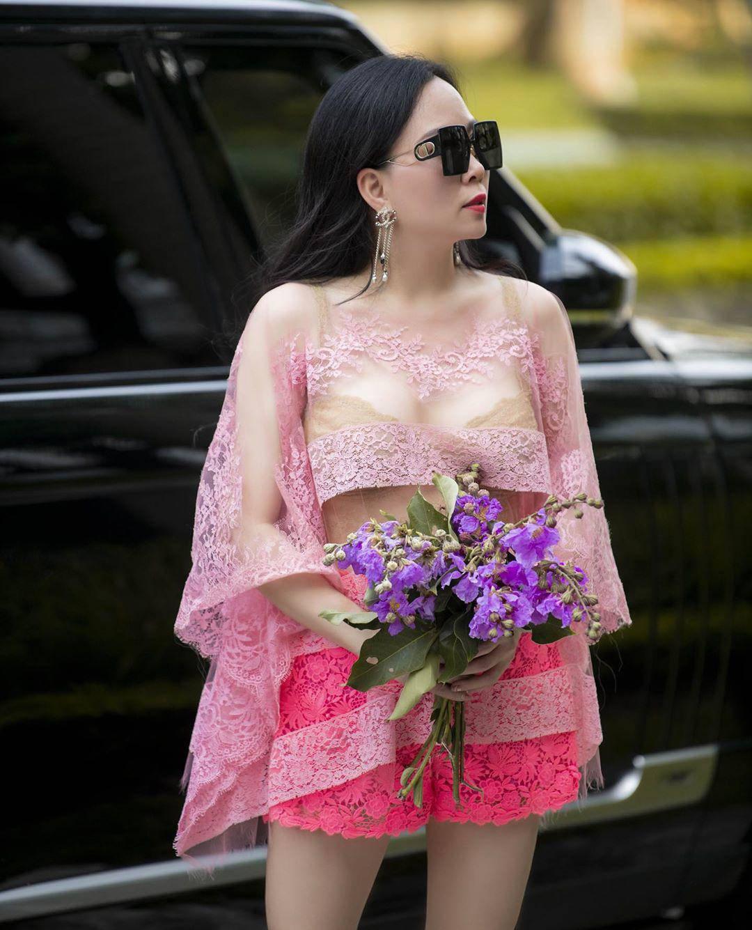 """Không còn """"có thù"""" với trang phục ren, Phượng Chanel giờ cân đẹp váy nửa kín nửa hở - 4"""