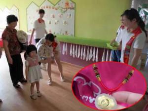 Con mẫu giáo bị mất dây chuyền vàng, mẹ đòi kiểm tra bạn học liền bị cô giáo phản đối
