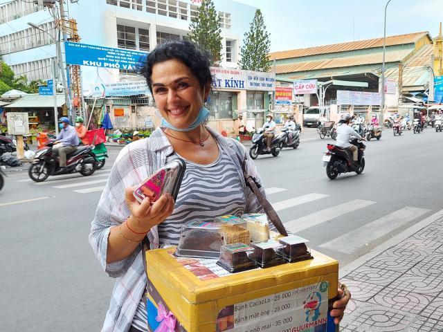 Cô Tây hot girl bán bánh dạo ở phố Sài Gòn: Tôi thích phở, cà phê và bánh mỳ