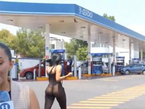 Nữ phóng viên dẫn tin ở trạm xăng, CĐM chỉ tập trung vào vòng 3 của cô gái phía sau