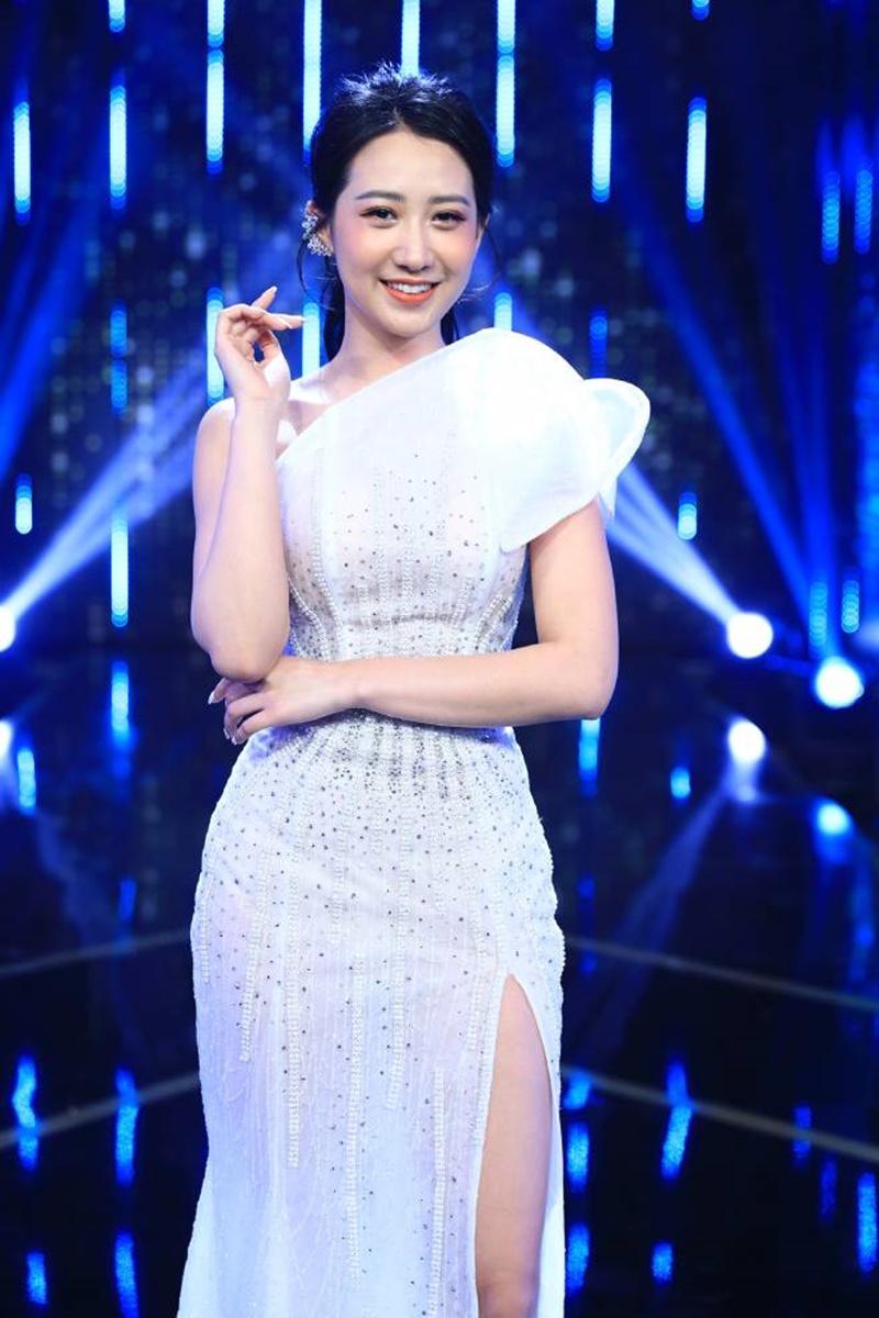 Kiều Ly Phạm từng gây nhiều chú ý khi xuất hiện tại show hẹn hò nổi tiếng bậc nhất - Người Ấy Là Ai. Khi đó, cô lộng lẫy như công chúa trong chiếc váy trắng dịu dàng.