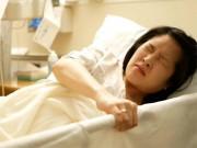 Người mẹ câm điếc bối rối nằm trên bàn sinh, bác sĩ vừa vạch áo trên bụng liền bật khóc