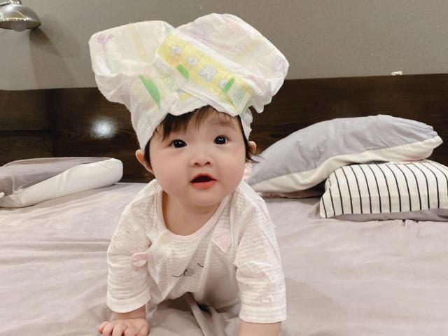 Con gái Đông Nhi càng lớn nét càng xinh như búp bê, chứng tỏ mẹ đẹp tự nhiên