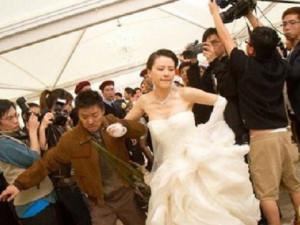 Đám cưới nhà trai đến muộn hẳn một tiếng, vừa nhìn mặt chú rể tôi bỏ chạy luôn