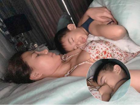 Thúy Diễm khoe ảnh ôm con trai nằm ngủ, mọi người thấy thói quen chưa tốt của bé