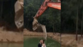 Dùng máy xúc để tạo dáng chụp ảnh cưới như thác nước