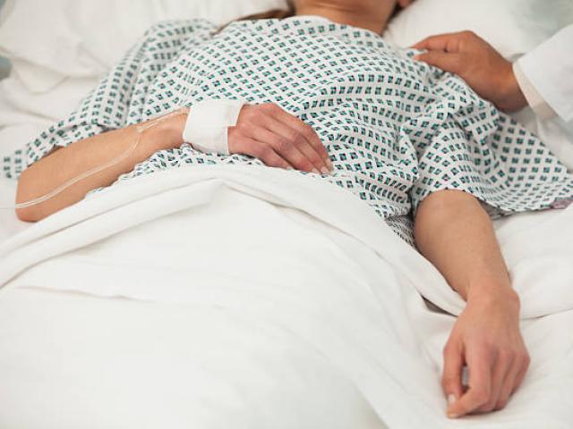 Người phụ nữ liệt giường nhiều năm bỗng rên lên rồi sinh con, sự thật khiến tất cả phẫn nộ
