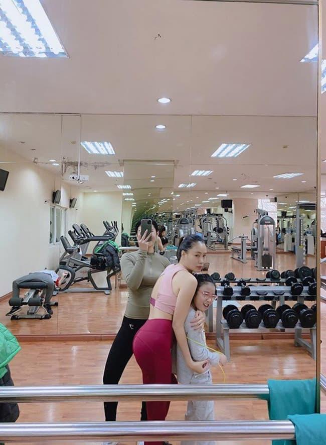 Hồng Diễm khẳng định nhan sắc lão hoá ngược trong ảnh chụp cùng đàn em, 39 tuổi mà như 20
