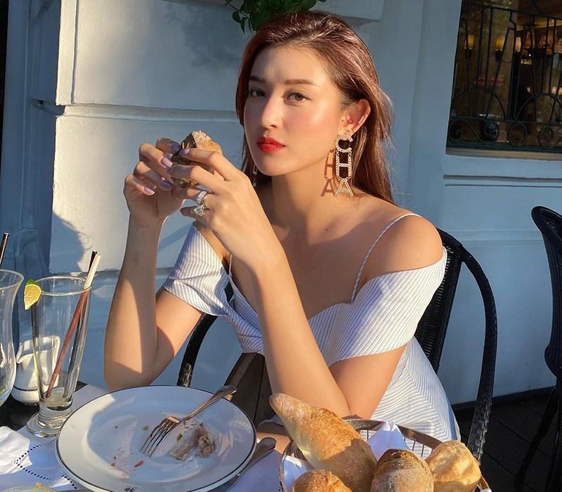 Huyền My là một trong những nàng Á hậu xinh đẹp và nổi tiếng nhất nhì Vbiz, cô sở hữu nhan sắc mỹ miềucùng độ nổi tiếng chẳng kém cạnh bất kỳ một mỹ nhân nào.