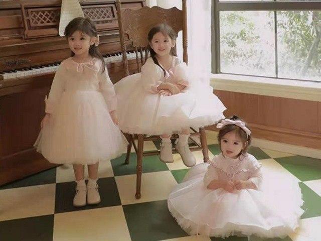 Bà mẹ 4 năm đẻ 3 con gái xinh như tiên, thấy mặt bố mẹ, ai cũng khen:Gen quá tốt!