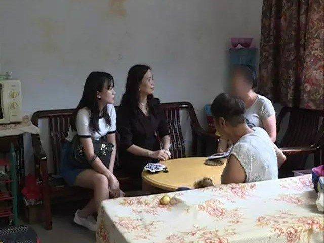 Con gái mượn điện thoại rồi trốn biệt trong phòng, mẹ điếng người khi phát hiện sự thật