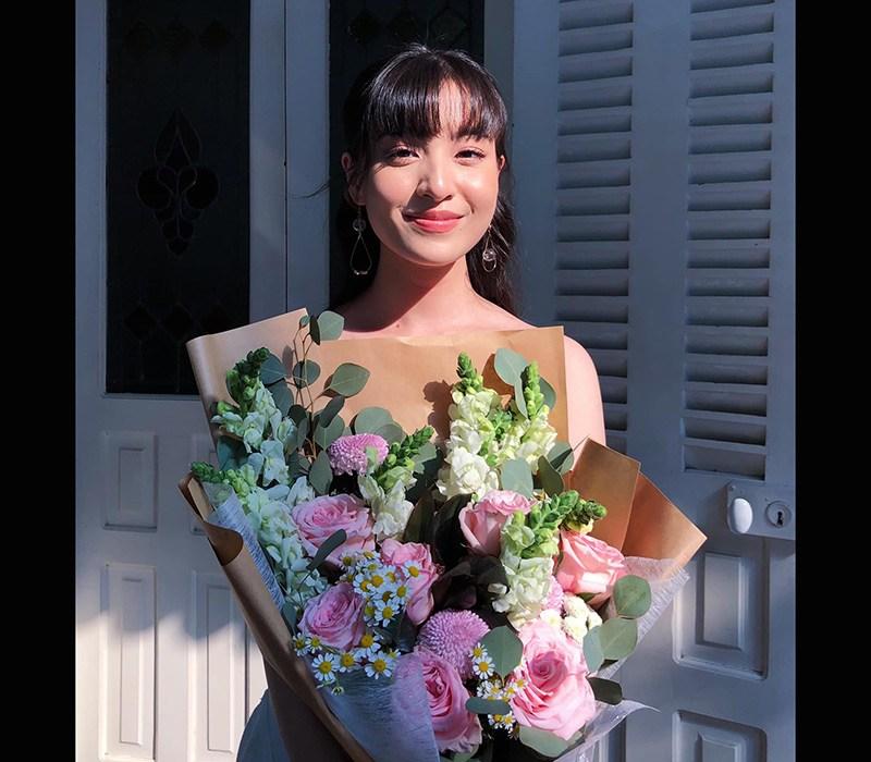 """Nguyễn Lâm Thảo Tâm, sinh năm 2000, là MC nổi tiếng nhờ vẻ xinh xắn, giỏi tiếng Anh (điểm IELTS 8.5) trước khi đóng vai Hồng trong """"Mắt biếc"""". Cô đã từng nổi tiếng trên mạng xã hội và được nhiều người yêu mến."""