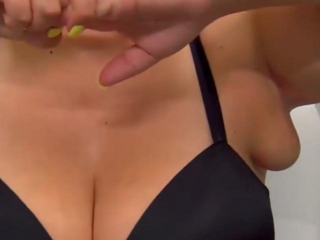 Người phụ nữ 4 ngực phải cầu cứu bác sĩ sau khi không thể mặc quần áo bình thường