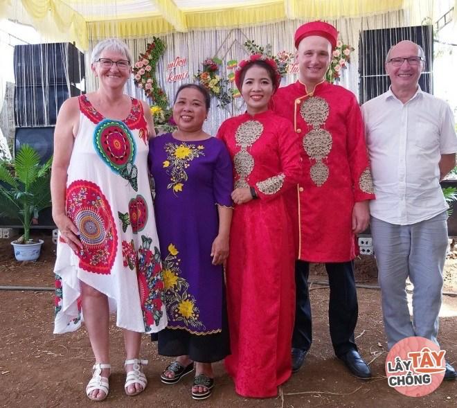 Cô gái dân tộc Thái yêu chàng trai Thuỵ Sỹ, ngày cưới nhà chồng cưỡi công nông đi đón dâu