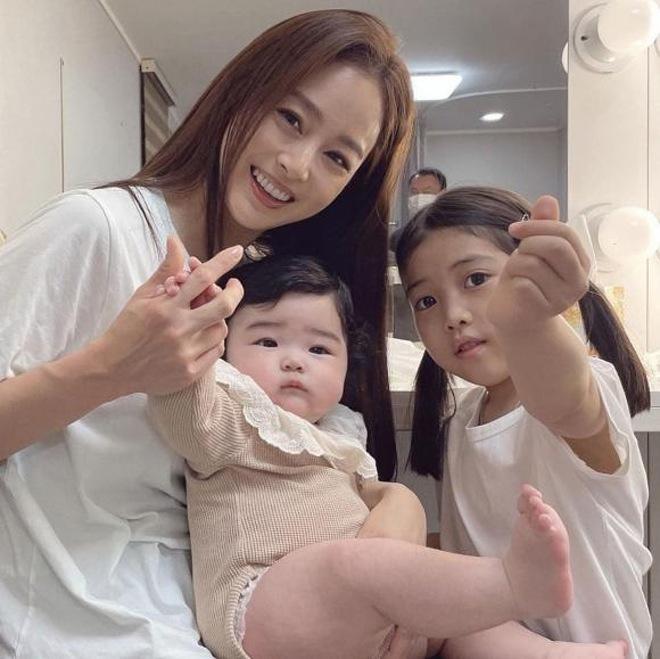 Ngôi sao 24/7: Sau nhiều năm giấu kín, Kim Tae Hee đã chịu khoe 2 cô con  gái?