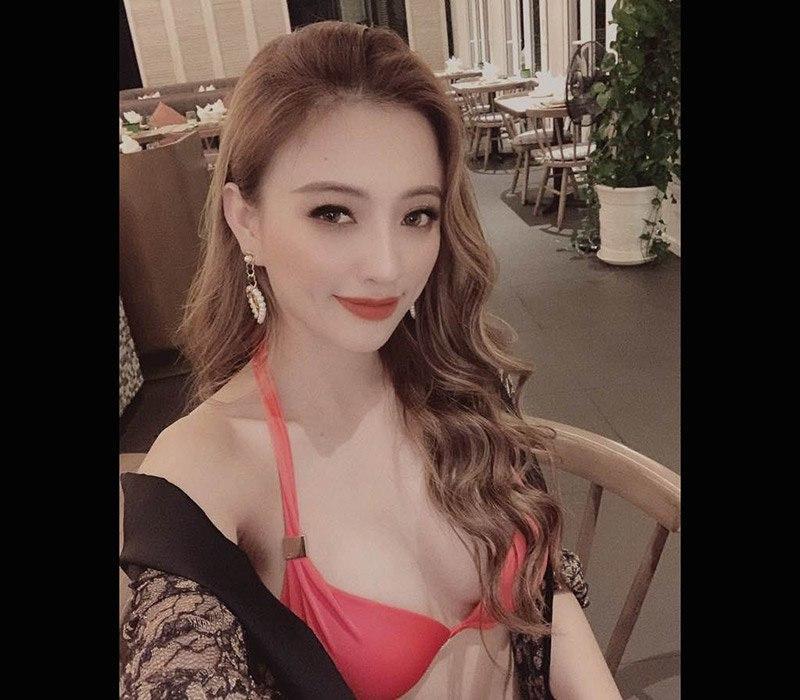 Bạn gái cũ của tỷ phú Hoàng Kiều là Ngô Lan Anh. Cô sở hữu gương mặt xinh đẹp và vóc dáng vô cùng quyến rũ cùng gu ăn mặc mát mẻ. Theo đó, người đẹp Hà Thành từng đoạt giải Hoa hậu biển cuộc thi Hoa khôi Thành phố Hồ Chí Minh 2014.