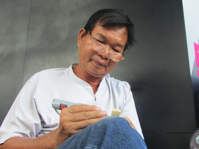 Chuyện về người thợ hơn 40 năm khắc chữ thủ công nơi góc phố Sài Gòn