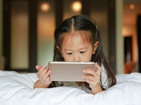 Cháu dùng điện thoại giấu giếm, bà nội kiểm tra thấy mất 400 triệu vì mua hàng online