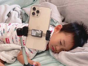 Cô giáo mầm non say sưa giảng, con trai Lương Thế Thành ngủ gật ngon lành, ai cũng thương