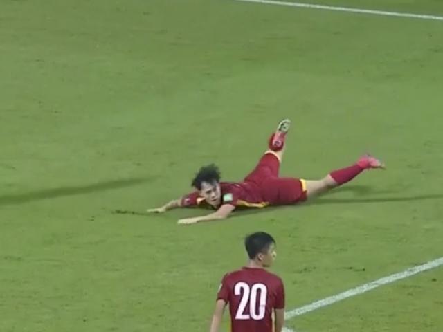 Sếp trọng tài Hoàng Ngọc Tuấn soi quả penalty gây tranh cãi của Văn Toàn
