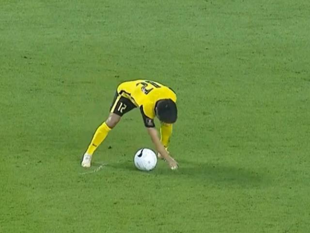 Cầu thủ Malaysia gian lận trắng trợn đá phạt cuối trận khiến fan Việt Nam bức xúc