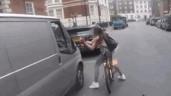 Bị 2 gã đàn ông đi ô tô trêu ghẹo, cô gái có màn đáp trả gực gắt