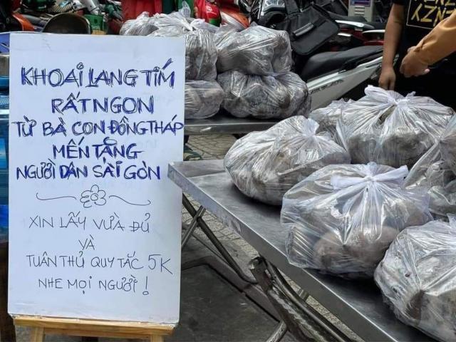 Người Sài Gòn giải cứu khoai lang với những tấm bảng dễ thương hết nấc: Trả tiền tùy tâm