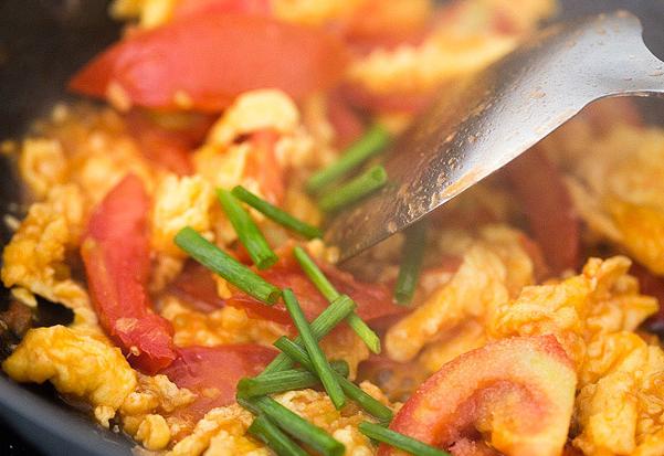 3 cách làm trứng sốt cà chua đơn giản vài phút là có món ngon - 8