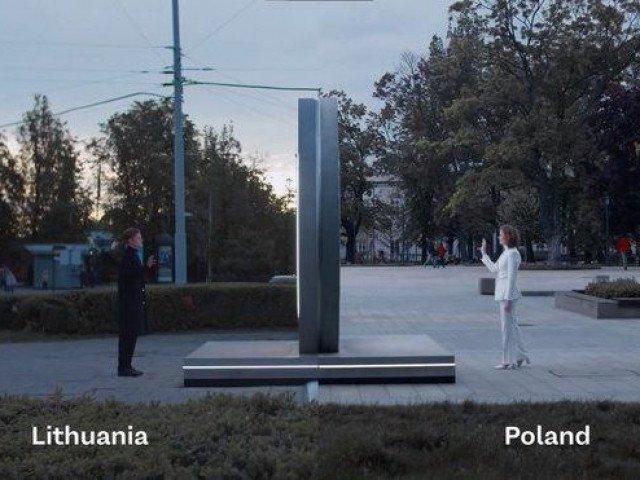Độc đáo cổng xuyên không nối 2 đất nước như trong phim viễn tưởng