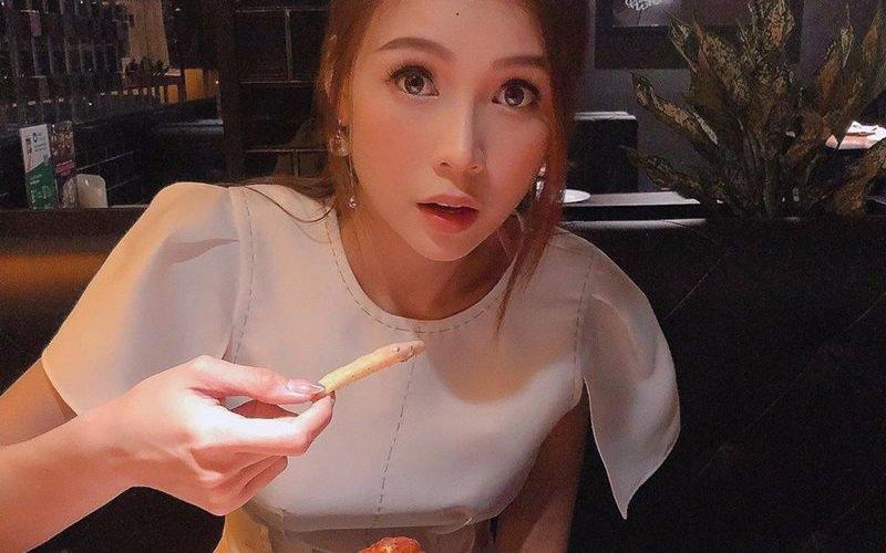 Sam tên thật là Nguyễn Hà My, sinh năm 1990, từng là một trong những hot girl nổi tiếng một thời tại TP.HCM. Trong khi những người đẹp khác đã lấy chồng, sinh con, ly hôn hay đầu tư vào việc học thi Sam nổi tiếng với tài kinh doanh và khả năng MC linh hoạt.