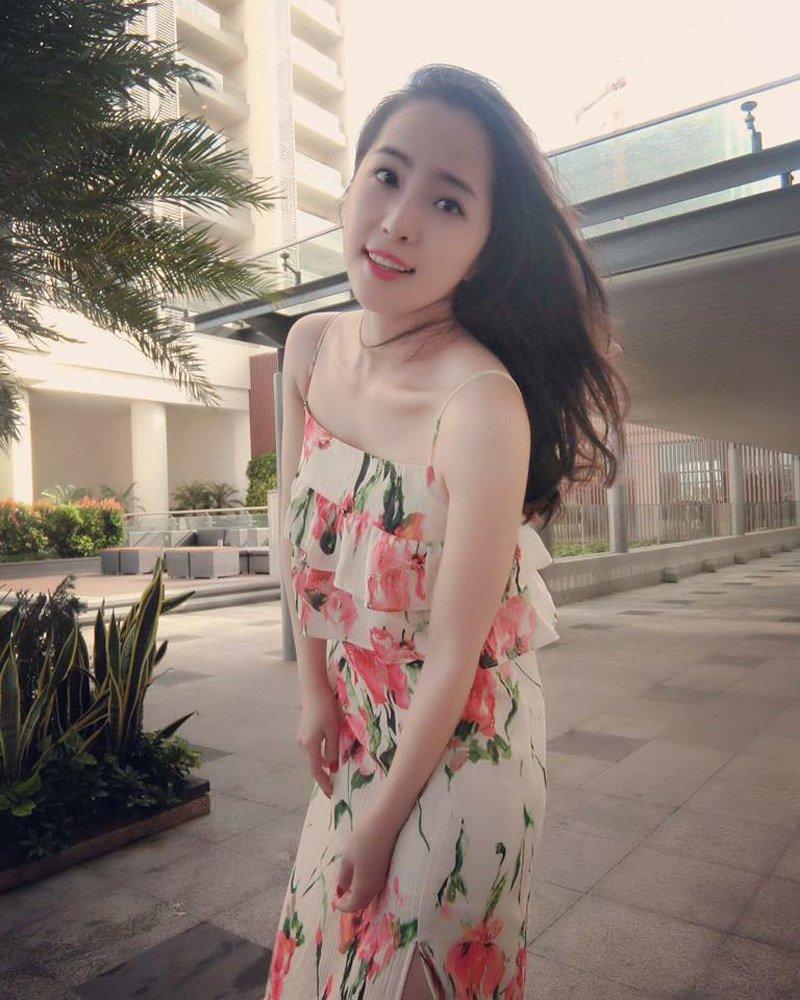 Ngoài ra những thiết kế váy maxi hoạ tiết hoa tông màu rực rỡ cũng được cô trưng dụng mỗi khi đi du lịch ở những bãi biển tuyệt đẹp.