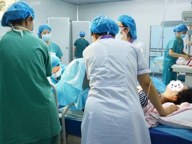 Bác sĩ nháo nhào cứu thai nhi do sản phụ đẻ rơi, bé sống sót lại không ai đến nhận