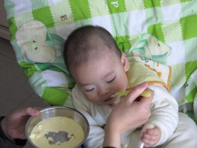 Bé 6 tháng tuổi bị hoại tử ruột, mẹ khóc ngất khi biết sai lầm từ người bà
