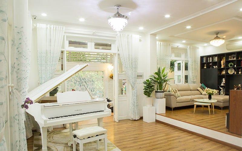 Căn nhà đáp ứng tiêu chí rộng rãi, thuận lợi giao thông và thiết kế sang trọng với ba phòng ngủ, phòng khách, bếp, khu vui chơi.