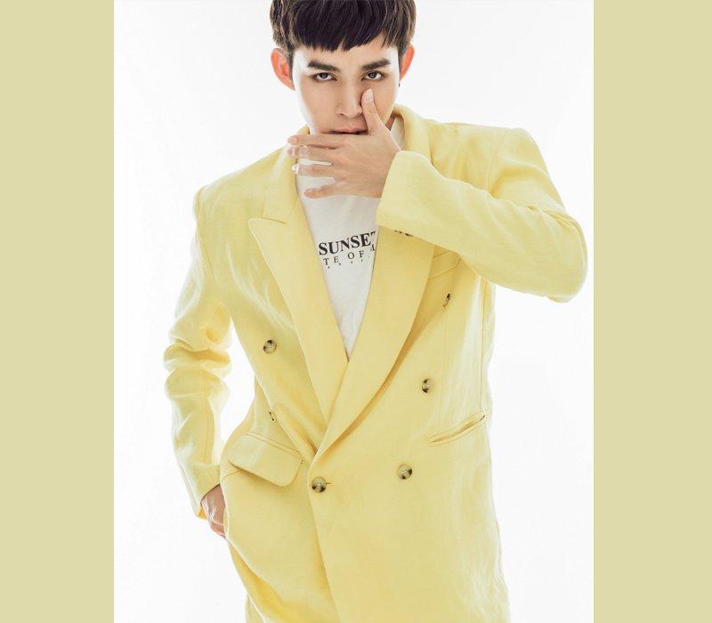 Rũ bỏ hình ảnh chàng trai nhát gan trong chương trình, Jun Phạm khoe vẻ mạnh mẽ, điển trai tựa soái ca khi khoác lên mình bộ suit vàng chanh rực rỡ.