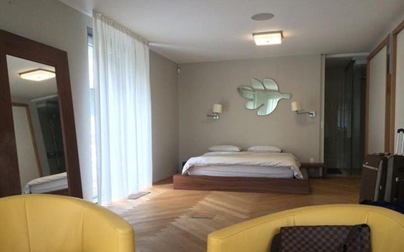 Căn biệt thự triệu đô sang trọng được thiết kế hiện đại, bao gồm nhiều không gian như: sân vườn, bể bơi, phòng xông hơi, phòng khách, phòng ngủ...