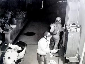 Nhóm trộm cầm súng tấn công chủ nhà, bắt bé 15 tuổi làm con tin