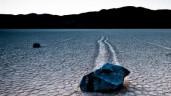 Cận cảnh hòn đá bí ẩn tự di chuyển trên sa mạc