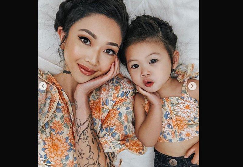 Những bộ ảnh màMichelle Nhu chụp cùng bé út chủ yếu là một tư thế nằm giường và tự chụp. Hai mẹ con sẽ làm các biểu cảm dễ thương khác nhau để tạo nên những bức ảnh khác nhau.
