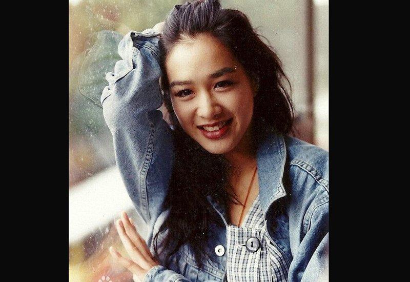 Chung Lệ Đề sinh ra ở Canada với cha là người Việt gốc Hoa và mẹ là người Việt. Cô tốt nghiệp Đại học Công Thương ở Canada nhưng quyết tâm đến Hong Kong theo nghiệp nghệ thuật.