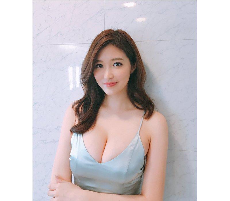 Mai Hakase được biết đến là nữ diễn viên, người mẫu nội y nổi tiếng Nhật Bản bởi sở hữu nhan sắc xinh đẹp cùng vóc dáng cực hoàn hảo.