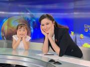 Làm mẹ - Chưa vào lớp 1, con gái BTV Khánh Ly đã đọc vanh vách bản tin chương trình của mẹ